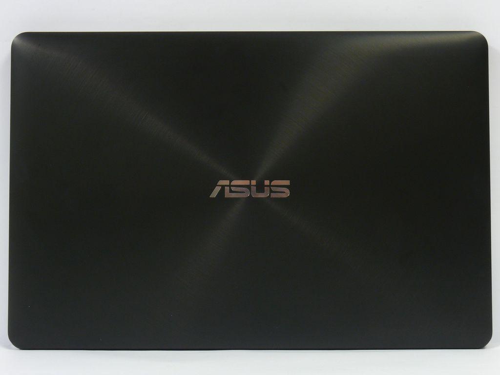 eaf15fd716 ASUS vsadil na černě lakované kovové provedení se stříbrnou linkou po  obvodu. Notebook je celý matný s výjimkou lesklého překryvu dotykového  displeje.